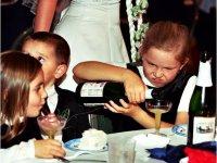 gyerek alkoholt iszik